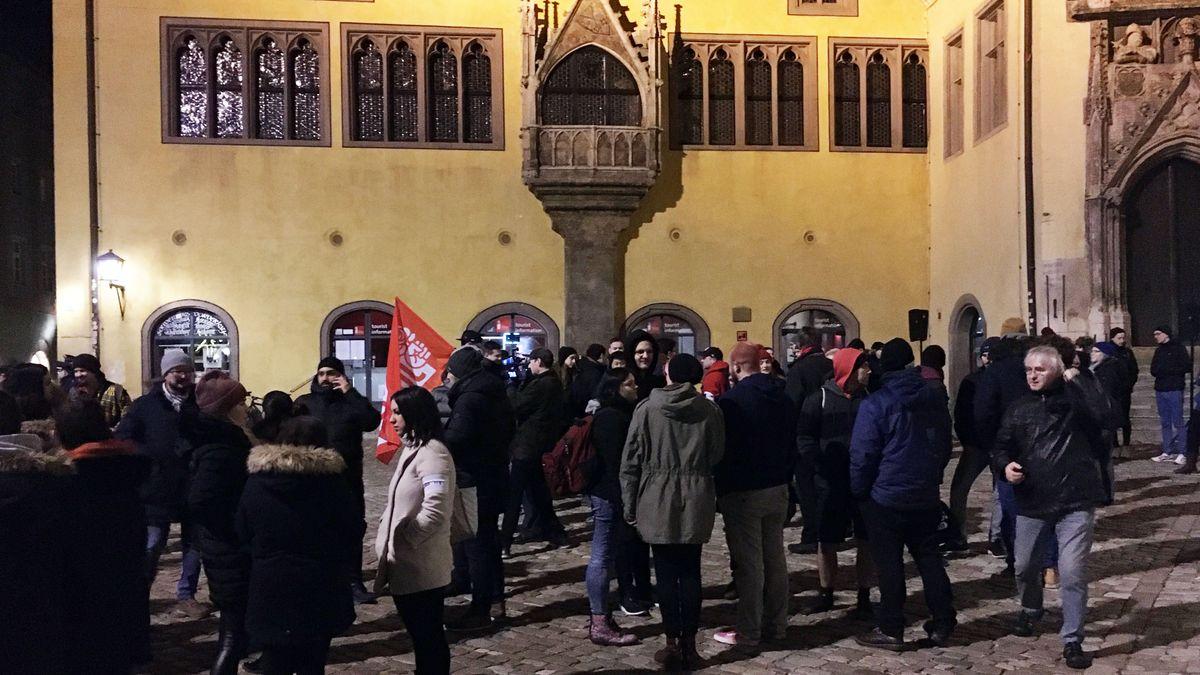Teilnehmer einer Mahnwache vor dem Alten Rathaus in Regensburg.