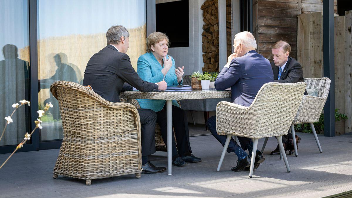 Archivbild: Bundeskanzlerin Angela Merkel (CDU) und US-Präsident Joe Biden (2.v.r.) sitzen zu Beginn ihres Gesprächs am Rande des G7-Gipfels mit ihren außenpolitischen Beratern Jan Hecker (l) und Jake Sullivan (r) zusammen. | Handout