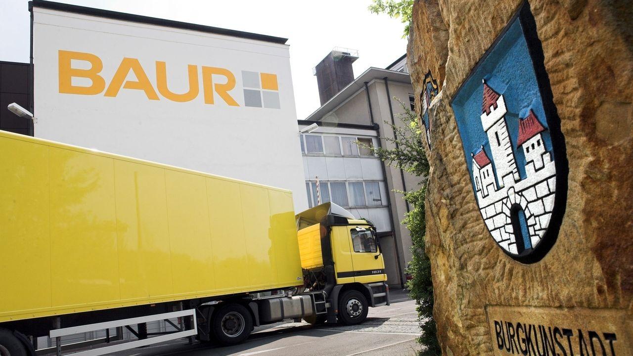 Ein gelber Lieferwagen fährt vor dem Sitz des Versandhändlers Baur in Burgkunstadt vor.