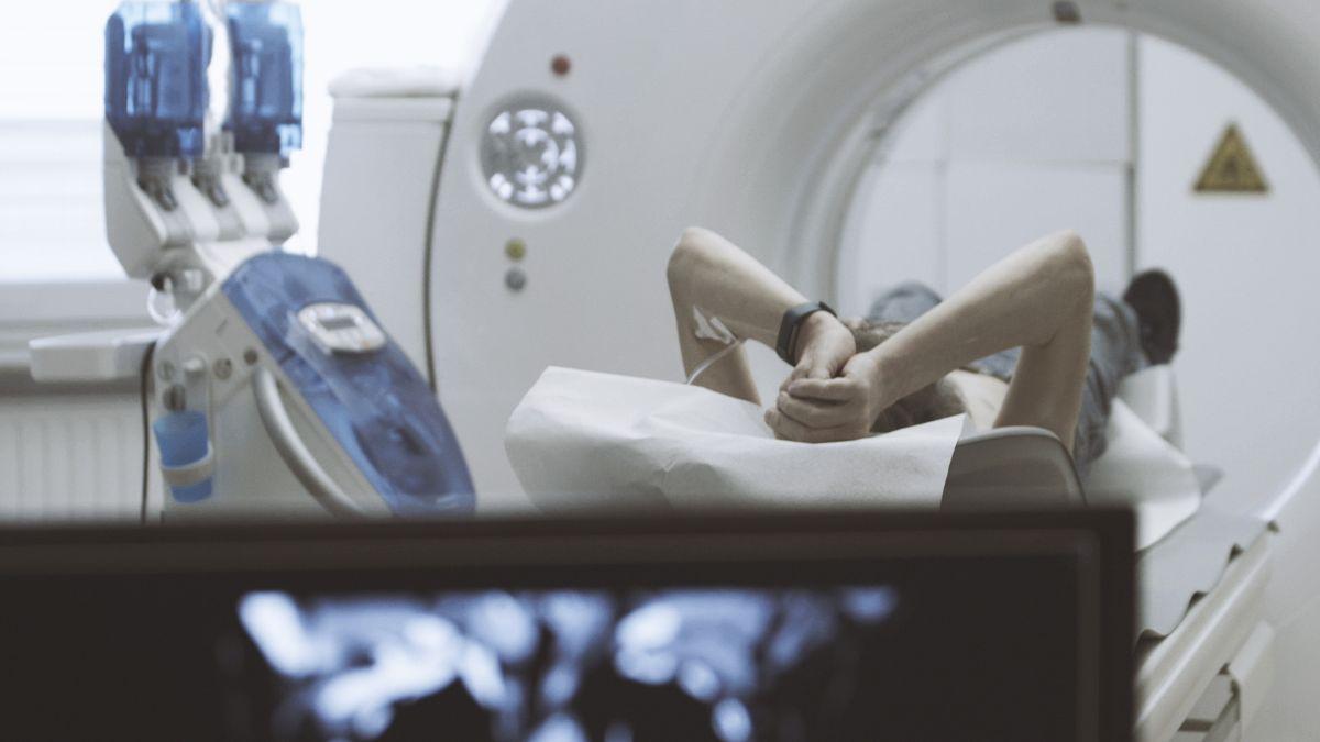 Symbolbild: Ein Mann wird in ein MRT geschoben.