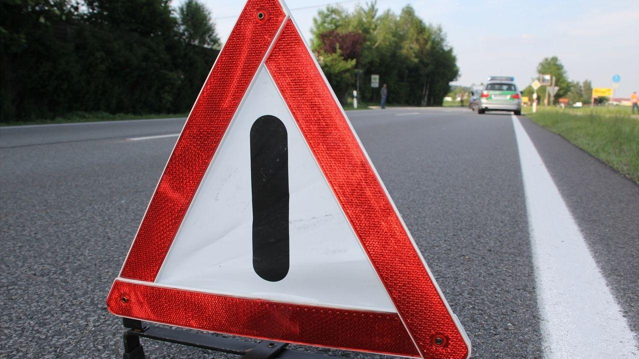 Unfall: Warndreieck im EInsatz auf der Straße bei einem Unfall
