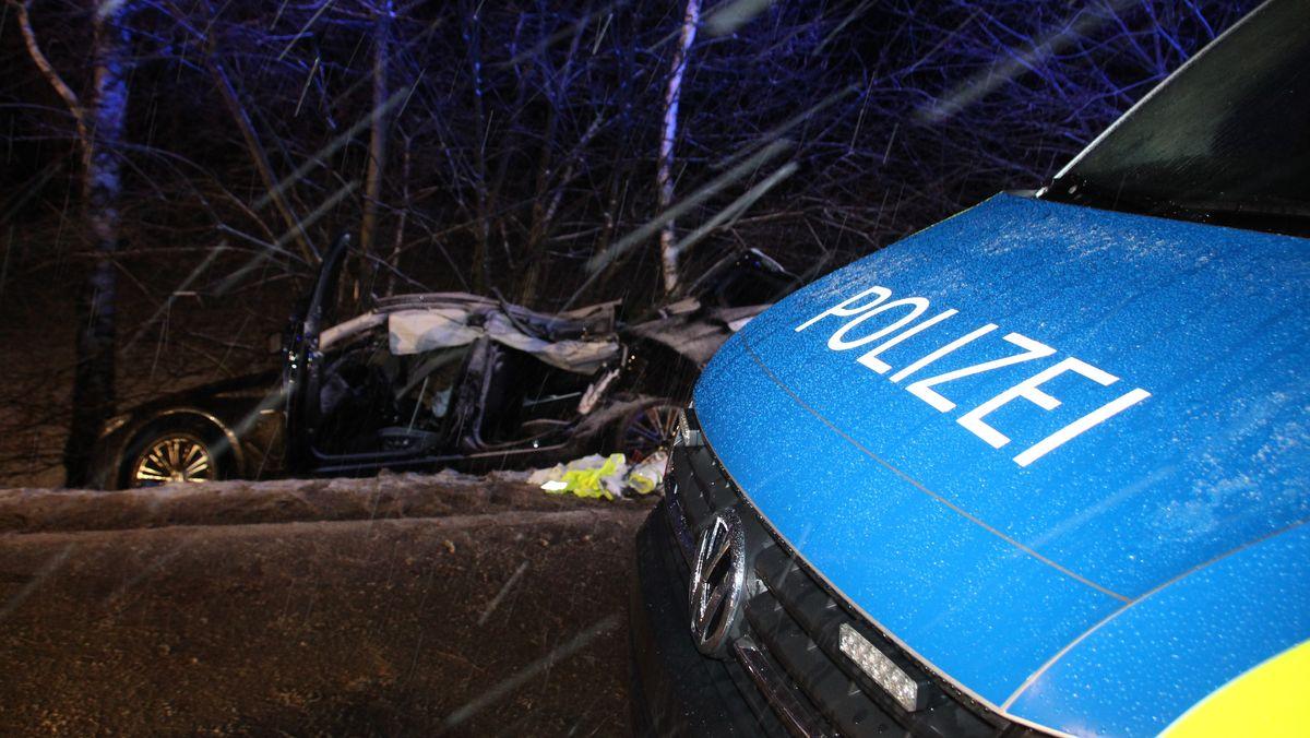 Das Unfallauto liegt in einem Graben nahe Geiselhöring.