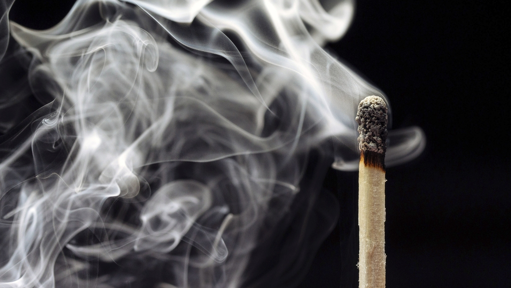 Symbolbild: Rauchendes Streichholz