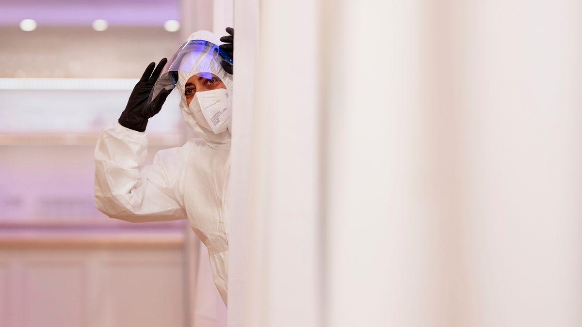Ein Mitarbeiter eines Testzentrums trägt Mundschutz und Gesichtsschild (Symbolbild).