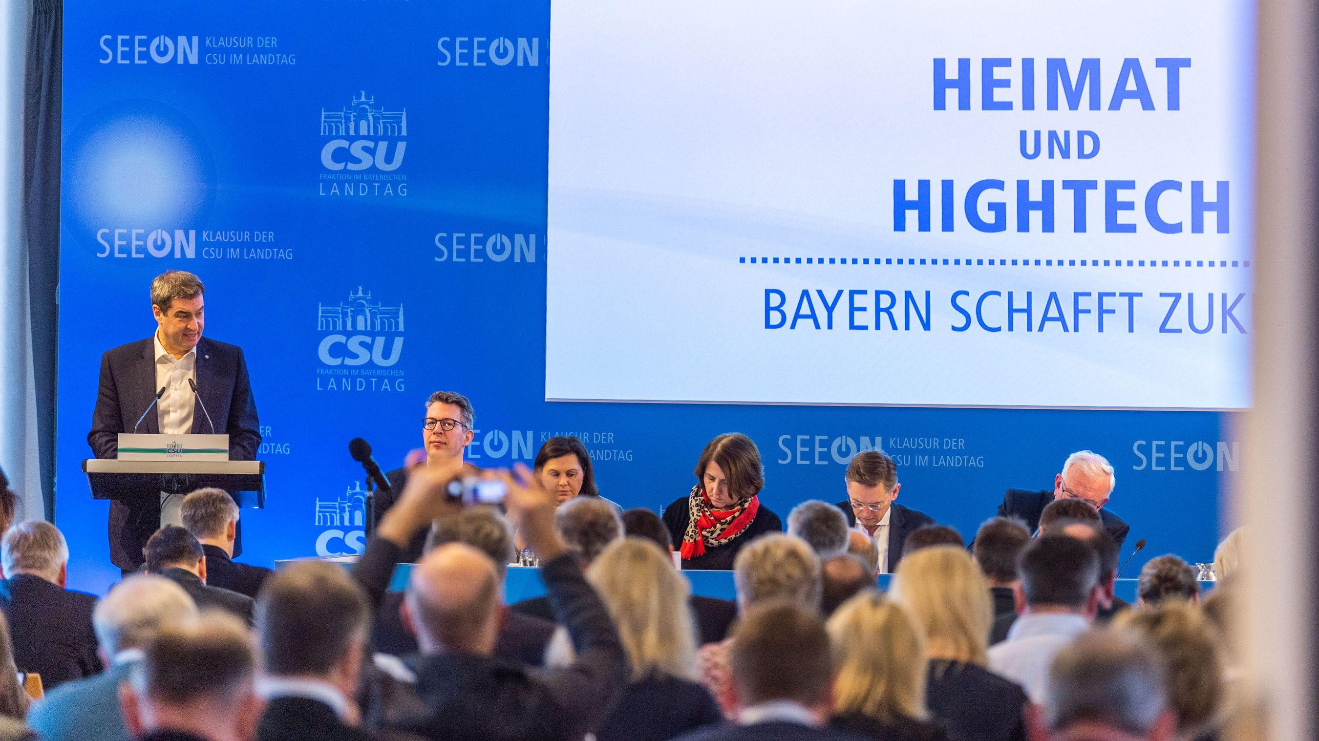 Markus Söder (CSU) steht vor einem Rednerpult