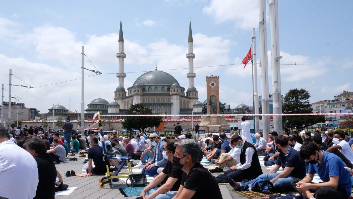 Gläubige vor der Taksim-Moschee in Istanbul