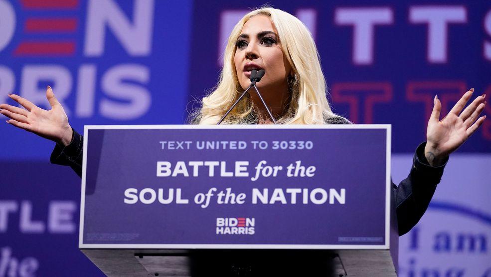 Lady Gaga steht während einer Rede mit ausgebreiteten Armen an einem Rednerpult der Biden-Kampagne