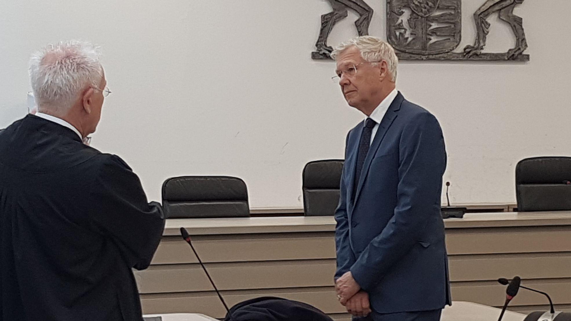 Ingolstadts Ex-OB Alfred Lehmann kurz vor der Urteilsverkündung mit einem seiner Anwälte.