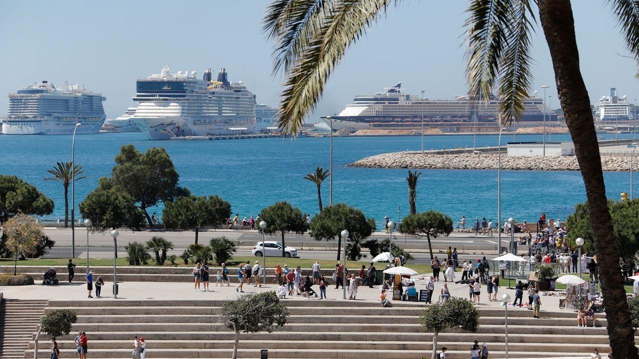 Die drei Kreuzfahrtschiffe AidaNova, Norwegian Epic und Celebrity Constellation liegen im Hafen von Palma de Mallorca. Nach den Prognosen der Hafenbehörde der Balearen werden in diesem Jahr rund 1,75 Millionen Menschen mit Kreuzfahrtschiffen im Hafen von Palma de Mallorca ankommen.