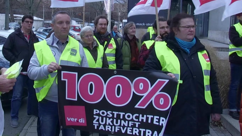 Service-Mitarbeiter einer Post-Tochter haben in Fürth demonstriert.