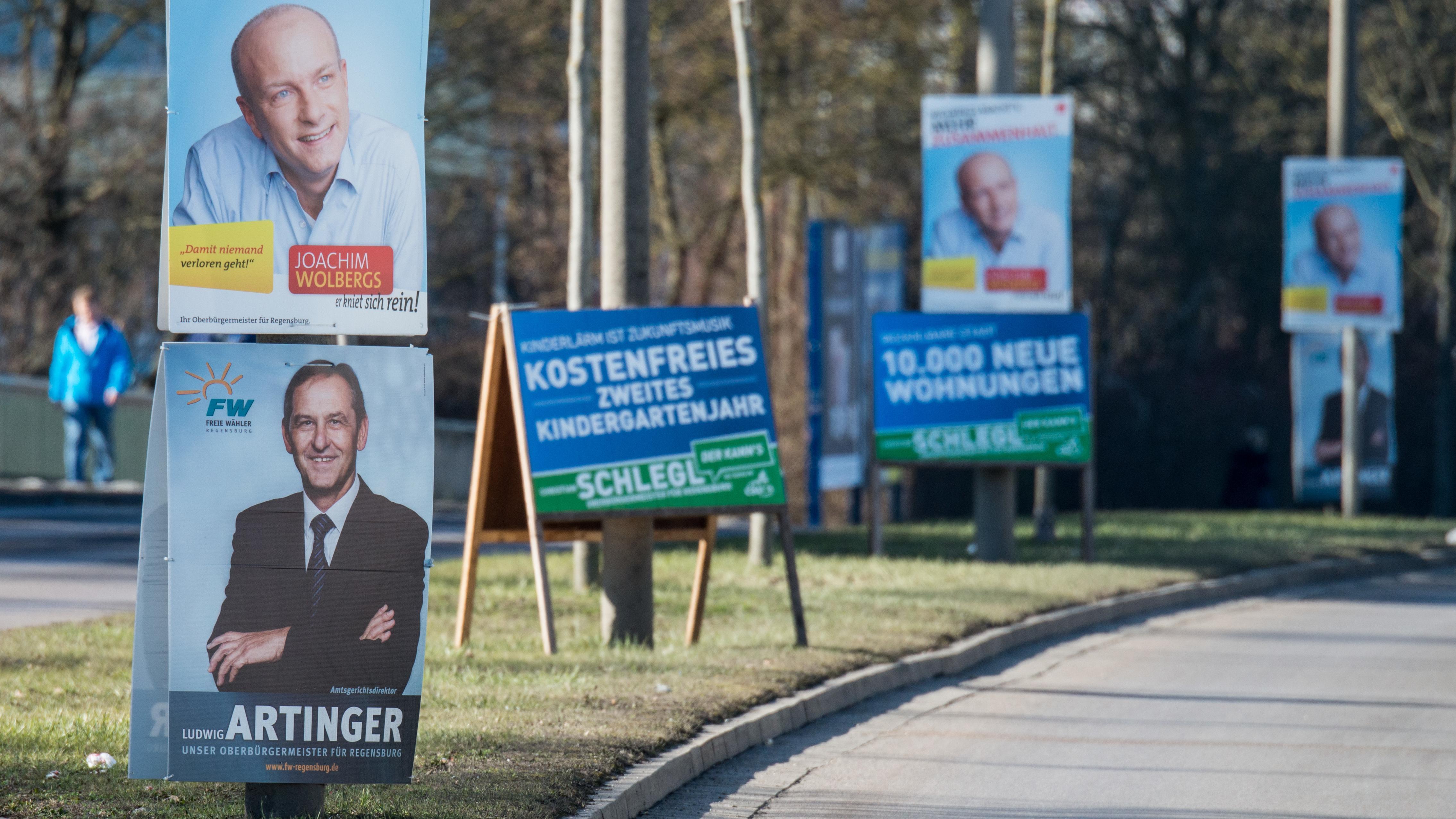 Wahlplakate der ehemaligen Oberbürgermeister-Kandidaten, Joachim Wolbergs (SPD), und Ludwig Artinger (Freie Wähler)
