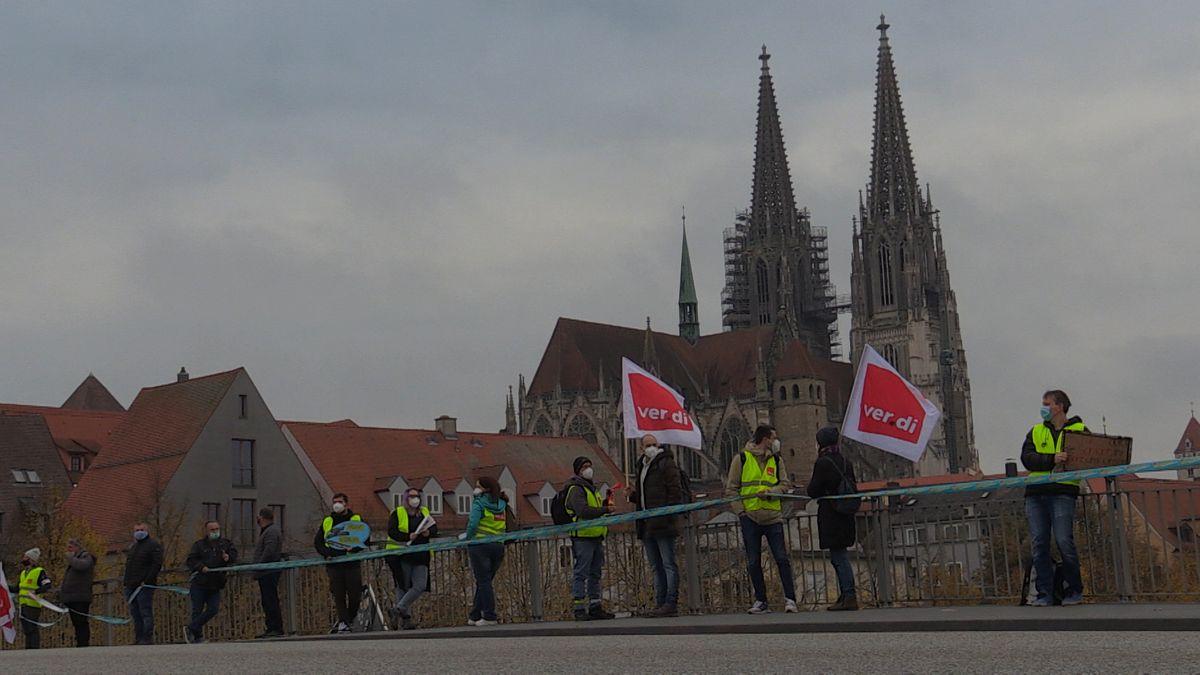 Bild von Menschenkette auf der Steinernen Brücke in Regensburg mit Dom im Hintergrund