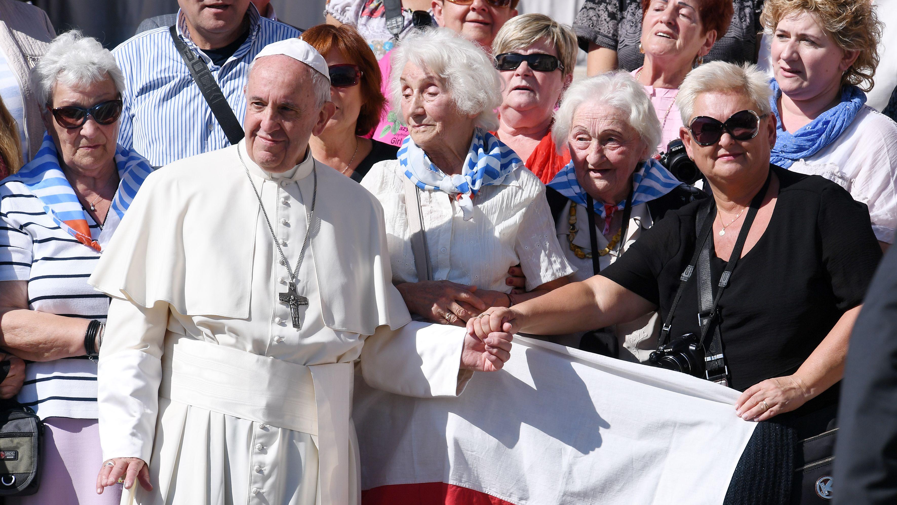 Papst Franziskus mit einer Gruppe von Frauen