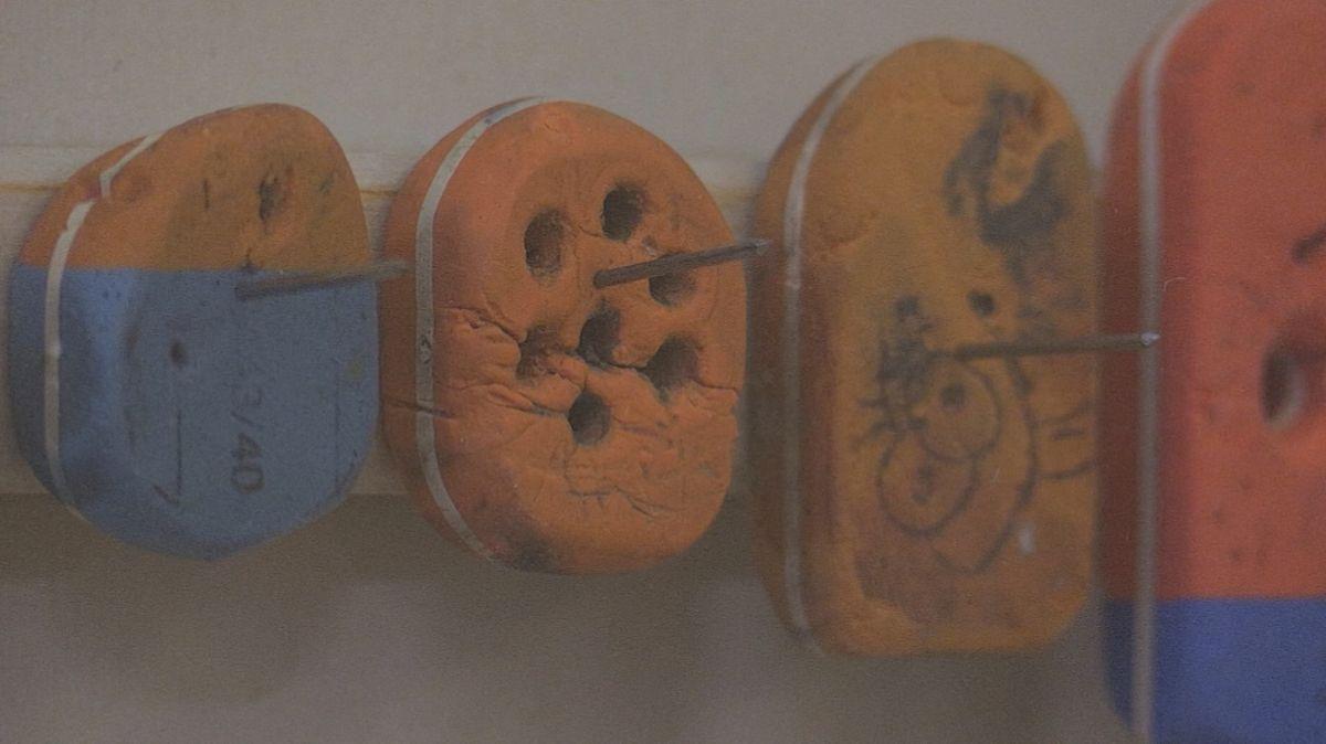 Kunstlehrer Thomas Thalhammer aus Schwandorf macht Kunst aus Radiergummis.
