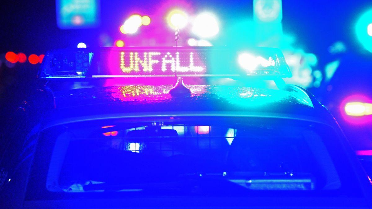 """Das Wort """"Unfall"""" leuchtet auf einem Polizeiwagen (Symbolbild)."""