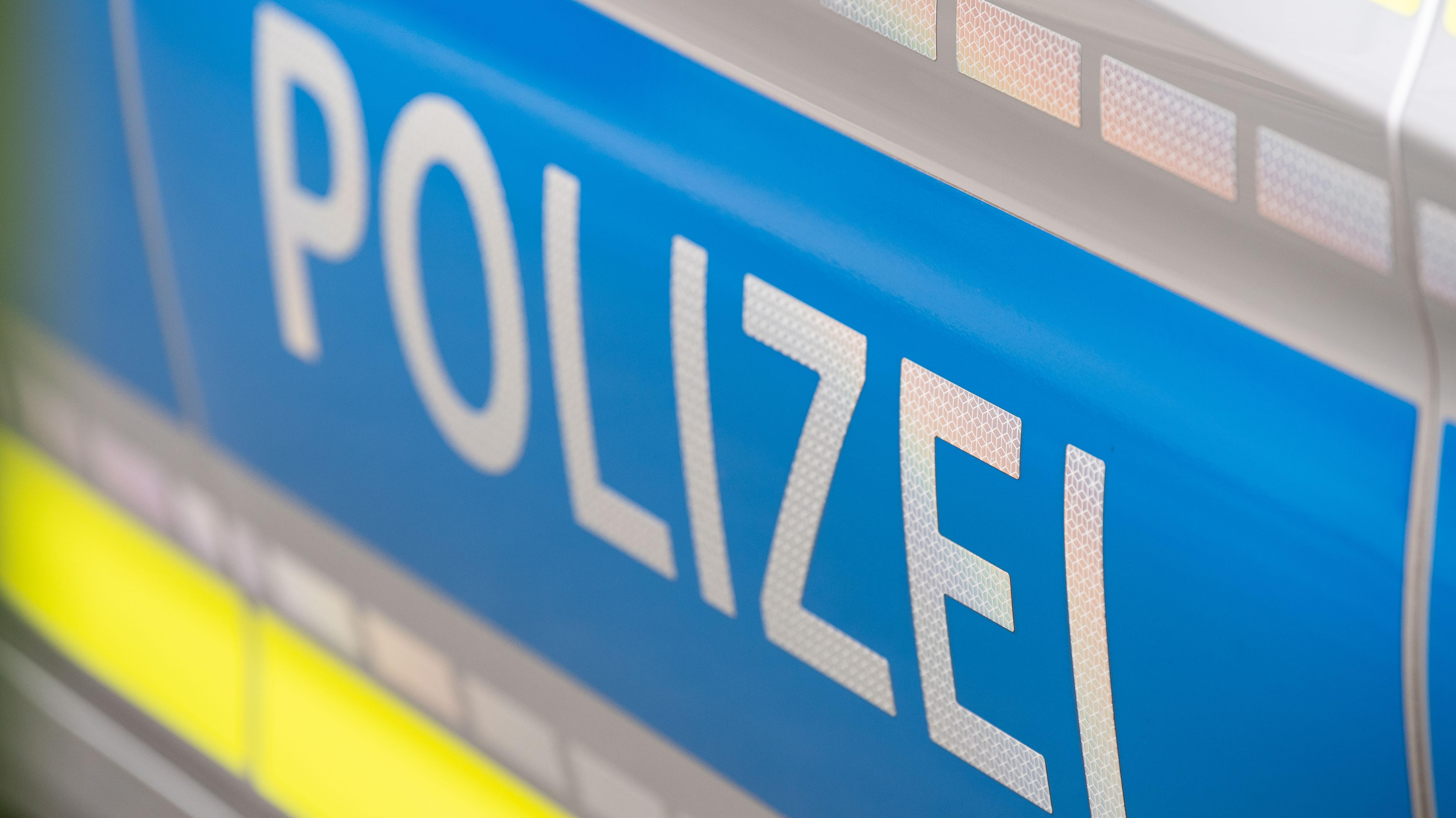 """Schriftzug """"Polizei"""" auf einem Auto"""
