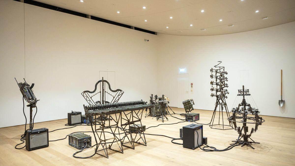 Waffen-Skulpturen, die an Musikinstrumente erinnern, arrangiert zu einem Band-Equipment