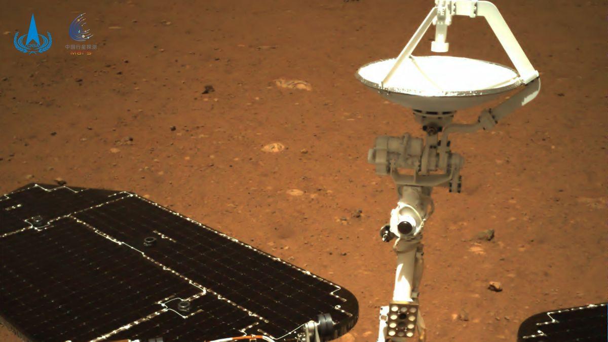 Chinas Raumfahrtagentur CNSA hat die ersten Fotos veröffentlicht, die der Rover Zhurong auf dem Mars gemacht hat.