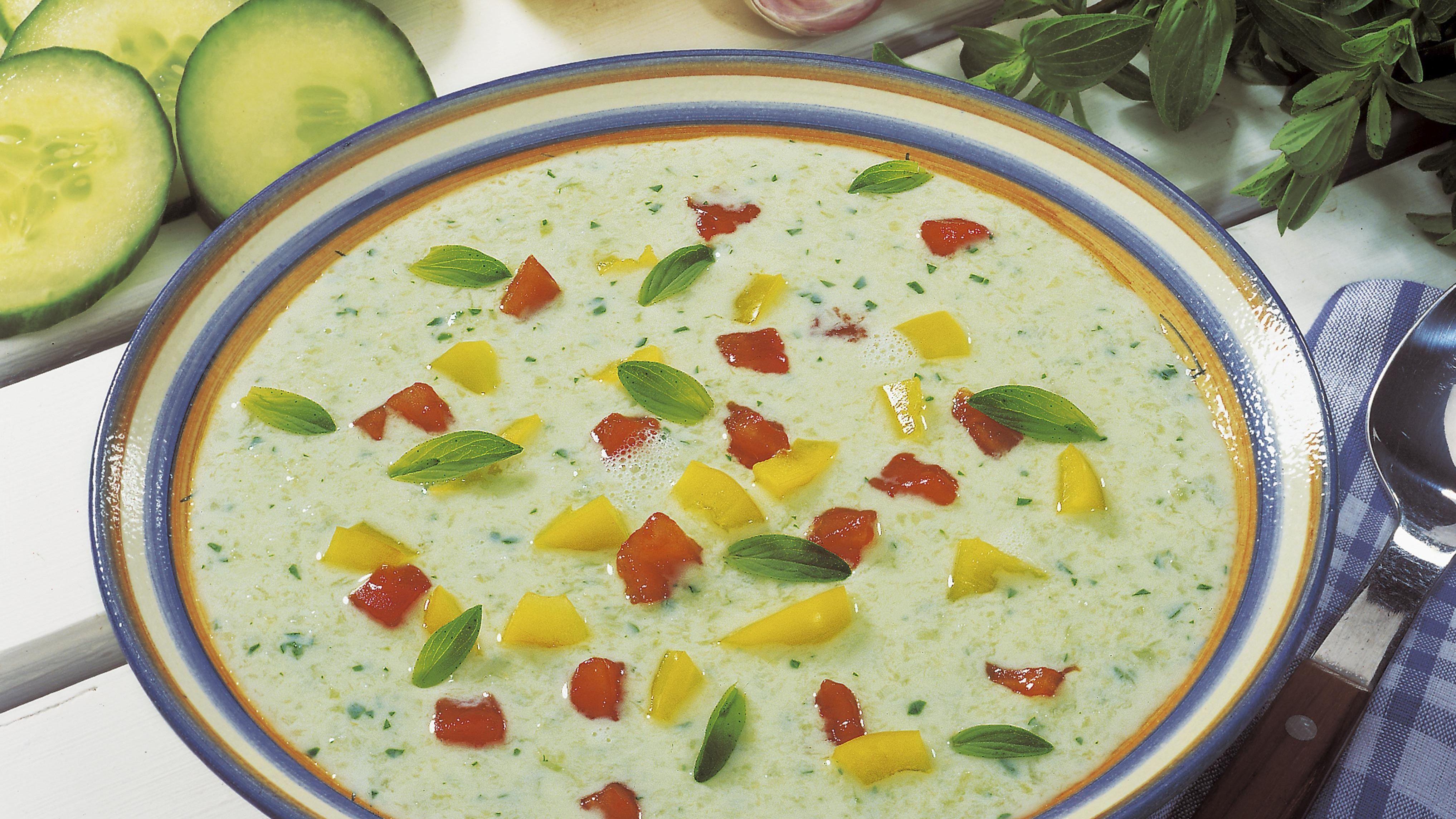 Kalte Gurkensuppe mit Joghurt und frischer Minze