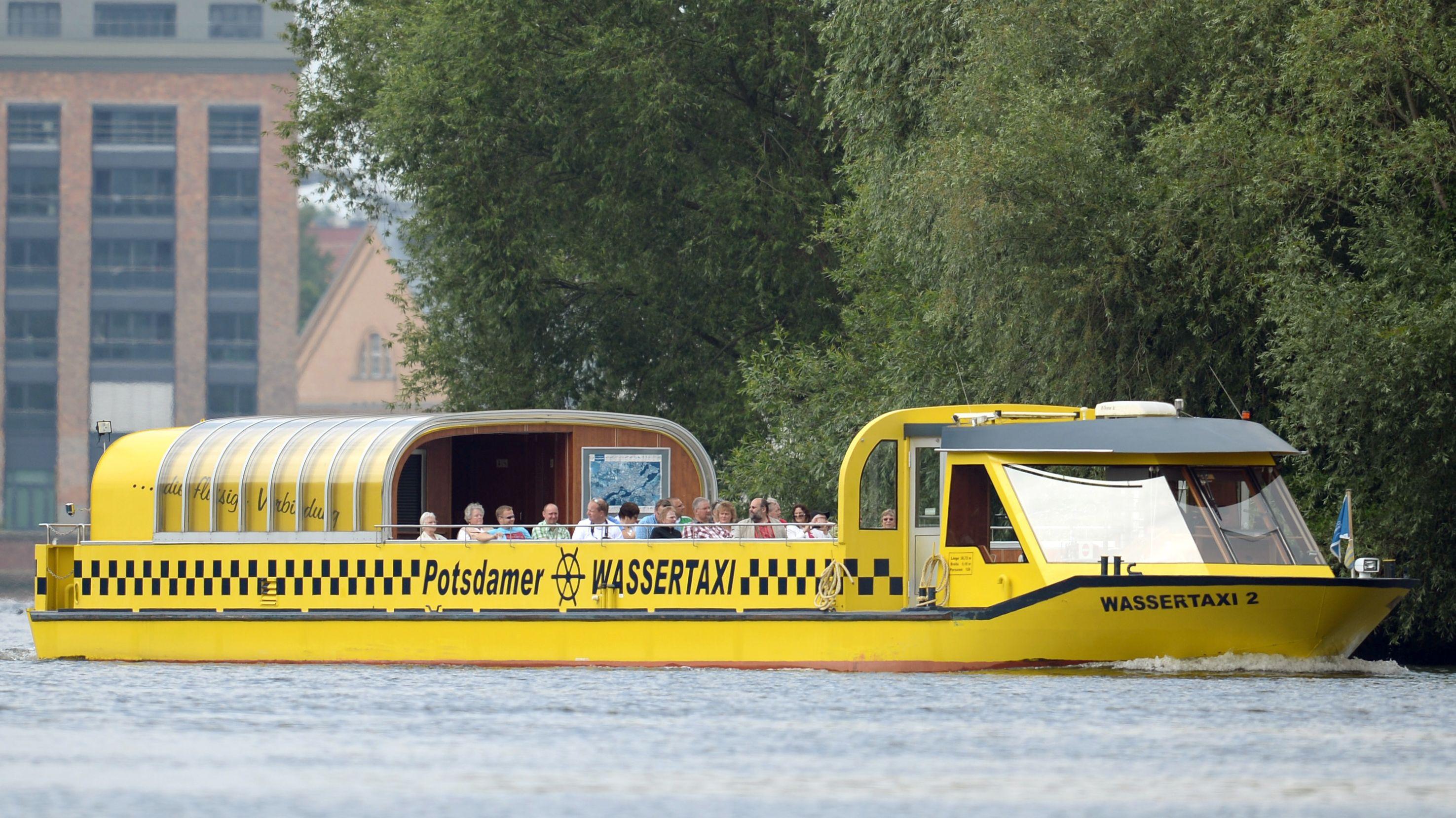 Ein Wassertaxi auf der Havel bei Potsdam