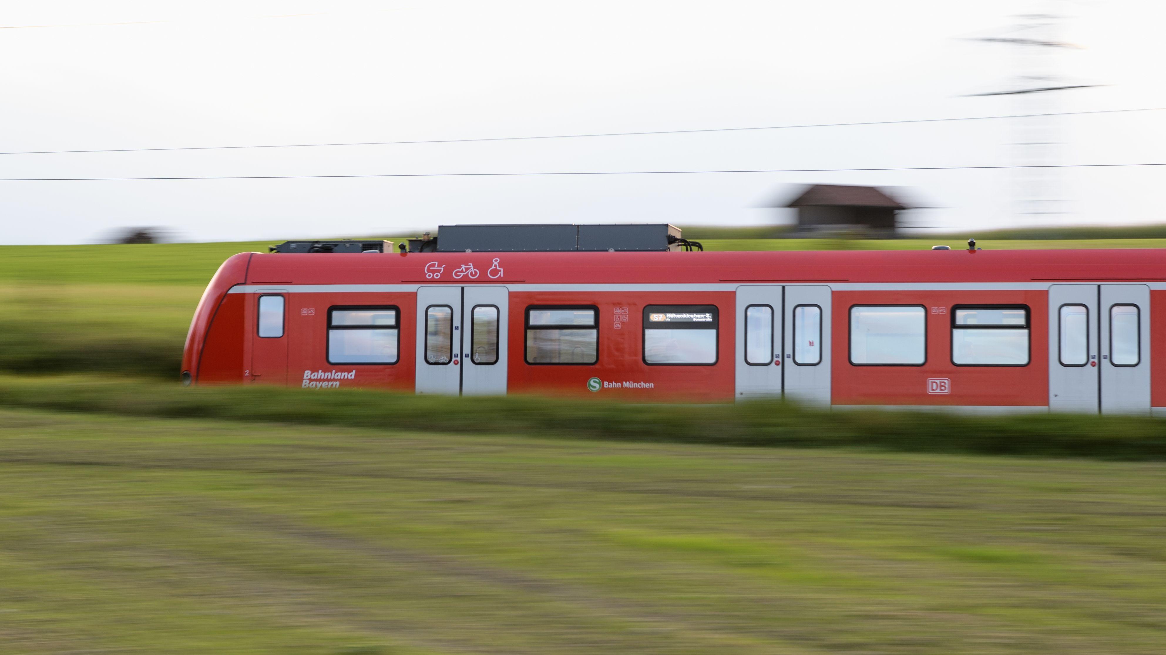 Seit 2018 gibt es die Bestrebungen von Kommunalpolitikern aus der Region, eine S-Bahn für den Großraum Regensburg zu entwickeln.