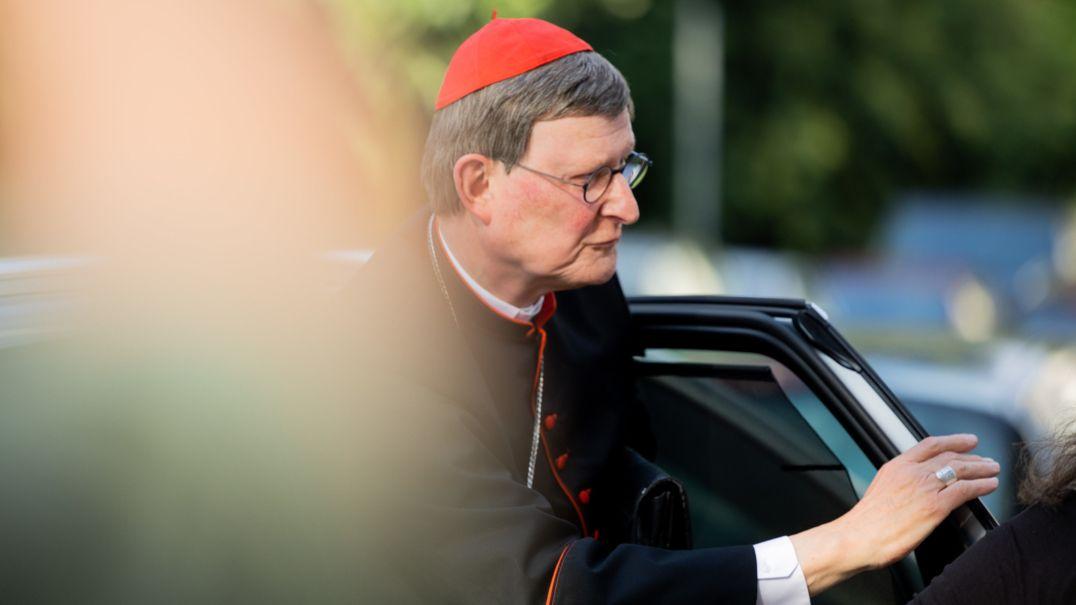 Kölner Kardinal Rainer Maria Woelki steigt aus einem Auto aus