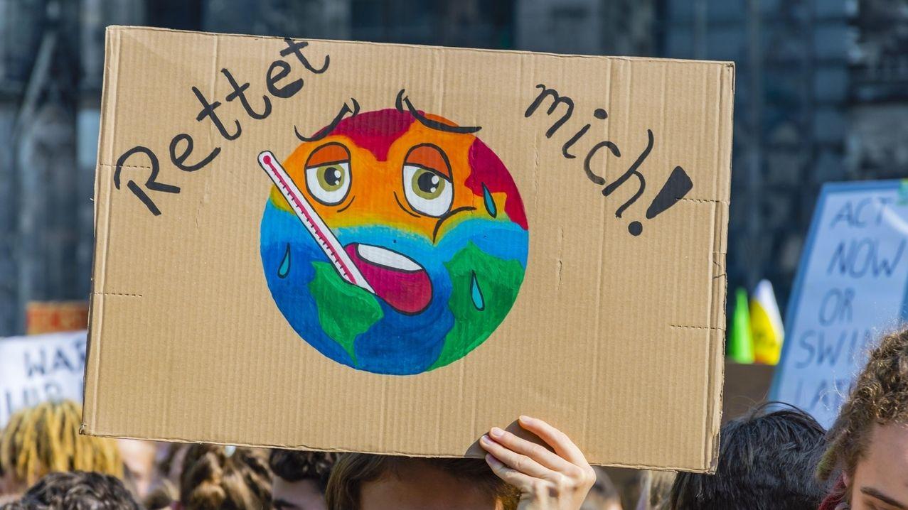 Protest-Schild eines Klimaaktivisten
