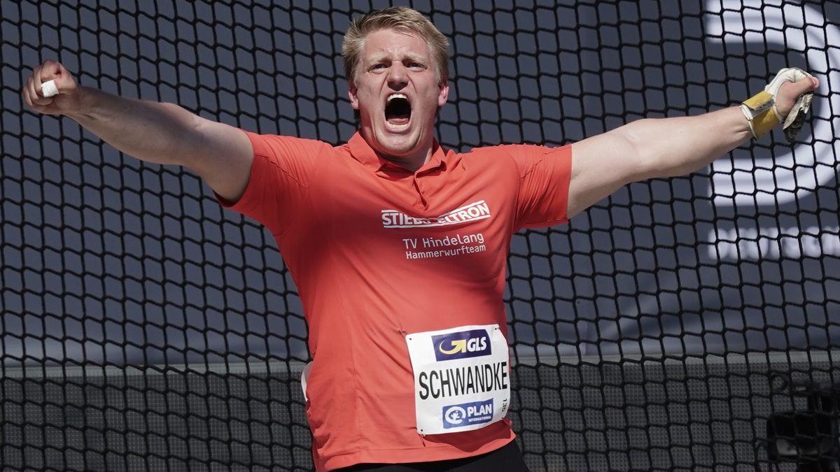 Tristan Schwandke vom TVHindelang jubelt nach seiner Titelverteidigung.