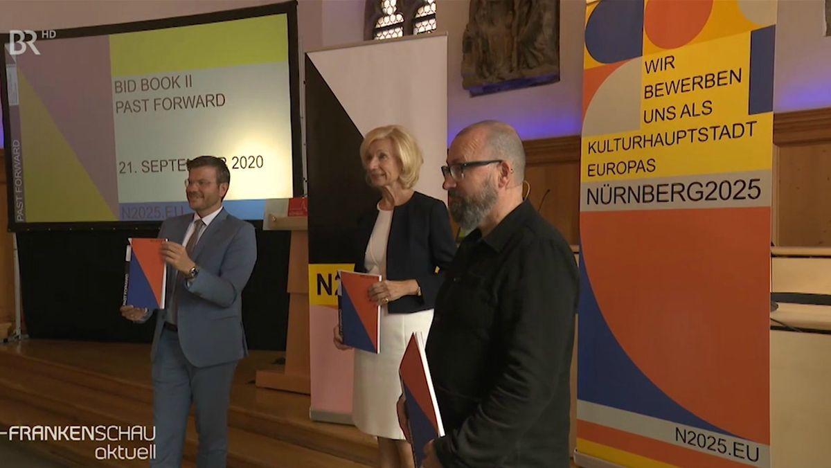 Nürnbergs Oberbürgermeister Marcus König präsentiert das zweite Bewerbungsbuch für die Kulturhauptstadt 2025