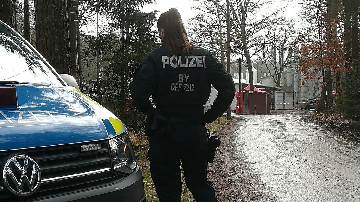 Polizistin vor einem Geflügelzuchtbetrieb in Nittenau im Kreis Schwandorf