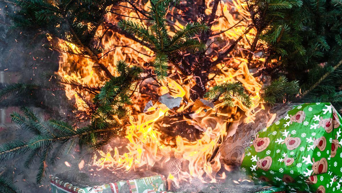 Ein brennender Weihnachtsbaum.