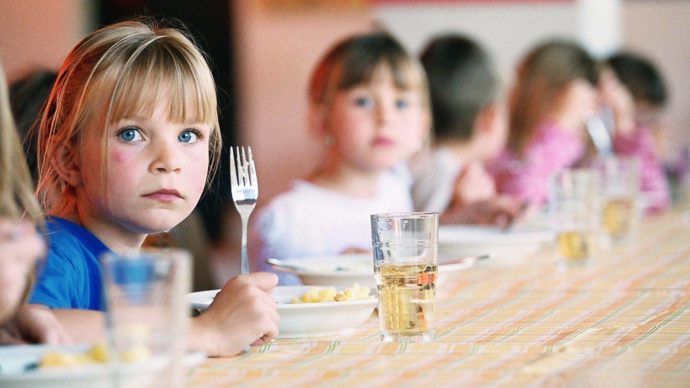 Grundschüler während des Mittagessens in ihrer Schule