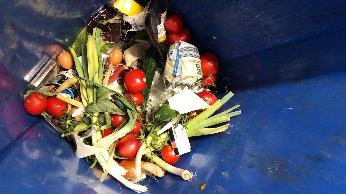 Obst und Gemüse in einer Abfalltonne (Symbolbild)