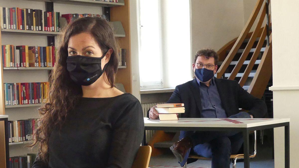 Sophie Lautenschlager und Dr. Bernhard Lübbers freuen sich über die Rückkehr der Kunden in den Lesesaal