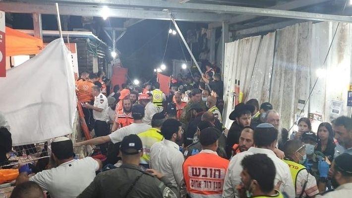 Rettungskräfte erreichen den Wallfahrtsort Meron, an dem am 30. April 2021 eine Massenpanik ausbrach.