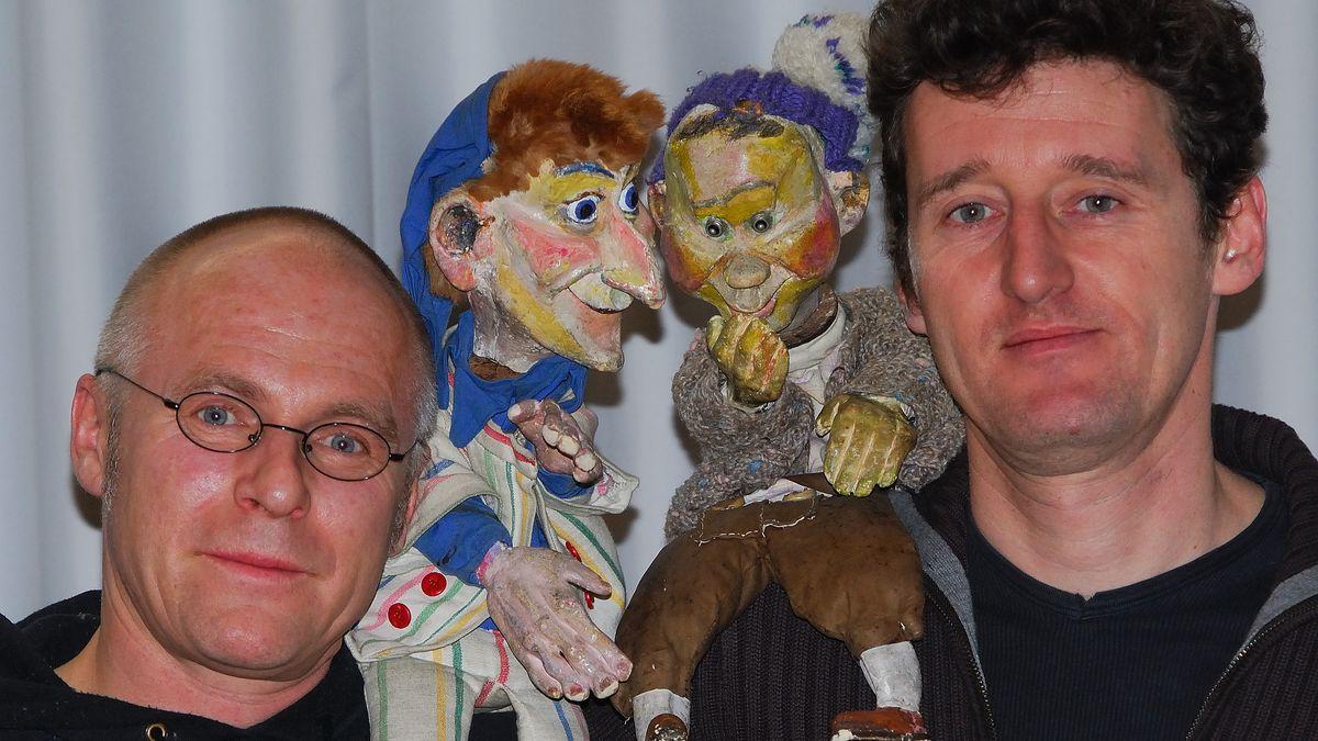 Die Puppenspieler  Josef Parzefall mit seiner Kasperlfigur in der Hand und Richard Oehmann mit Seppel