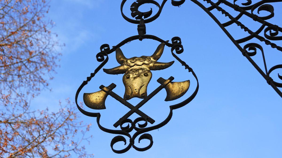 Aushängeschild eines Metzgerladens gegen blauen Himmel
