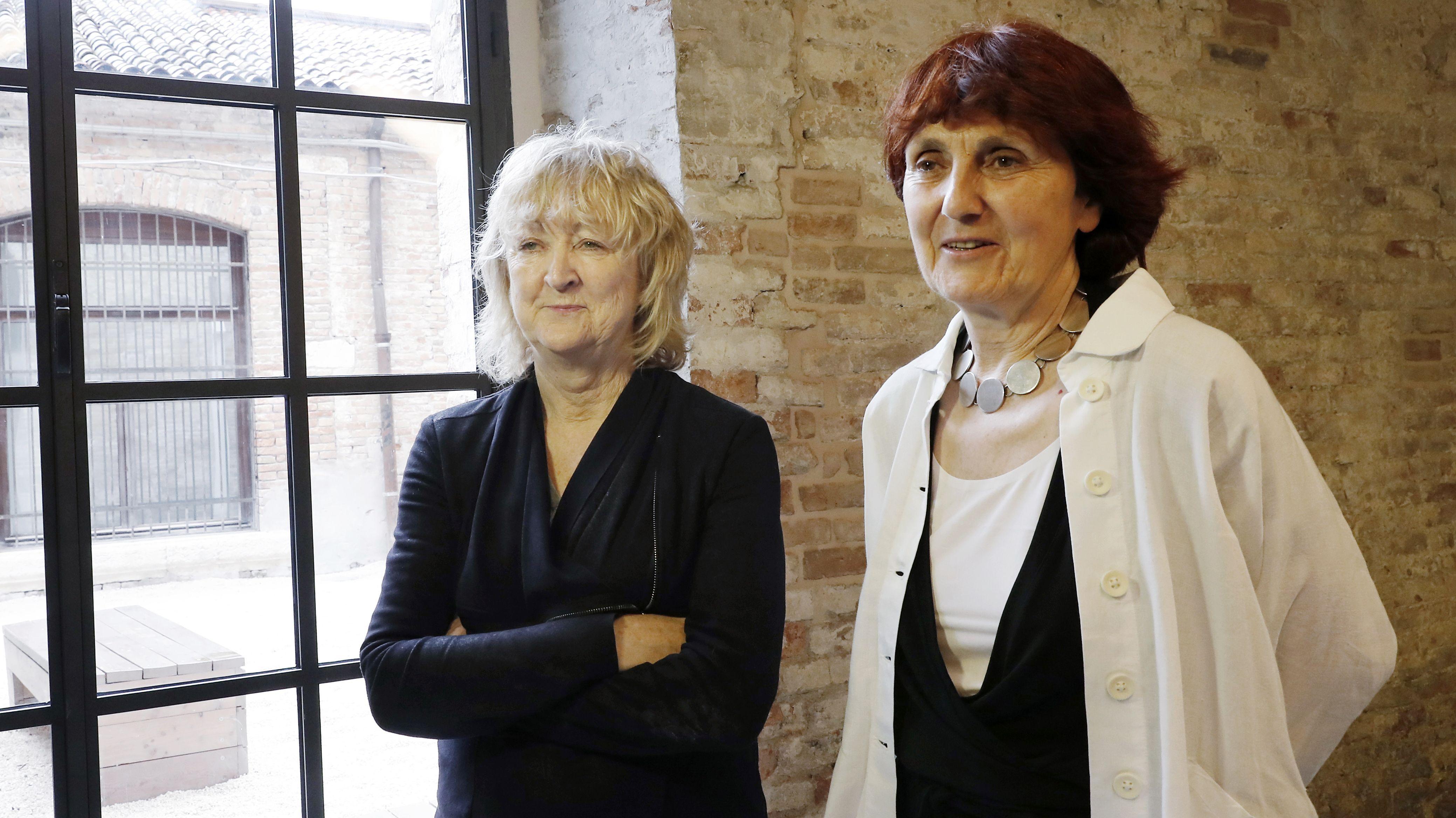 Zwei Damen im Arsenale von Venedig: die Architektinnen Yvonne Farrell und Shelley McNamara