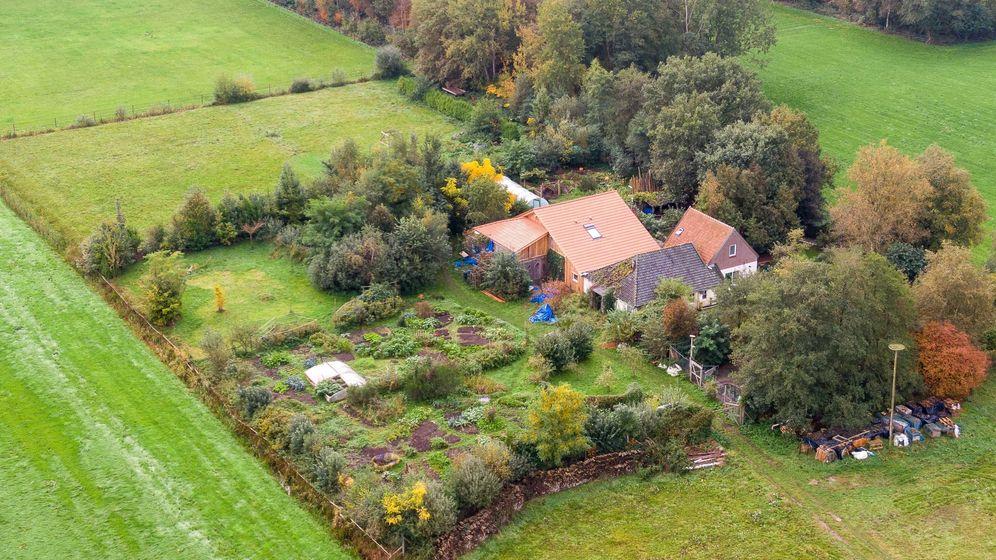 Eine Drohnenaufnahme zeigt den abgelegenen Hof, in dessen Keller eine Familie jahrelang gehaust haben soll.   Bild:dpa-Bildfunk/Wilbert Bijzitter