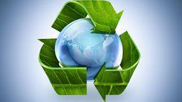 Recycling-Symbol auf Weltkugel.   Bild:Picture Alliance