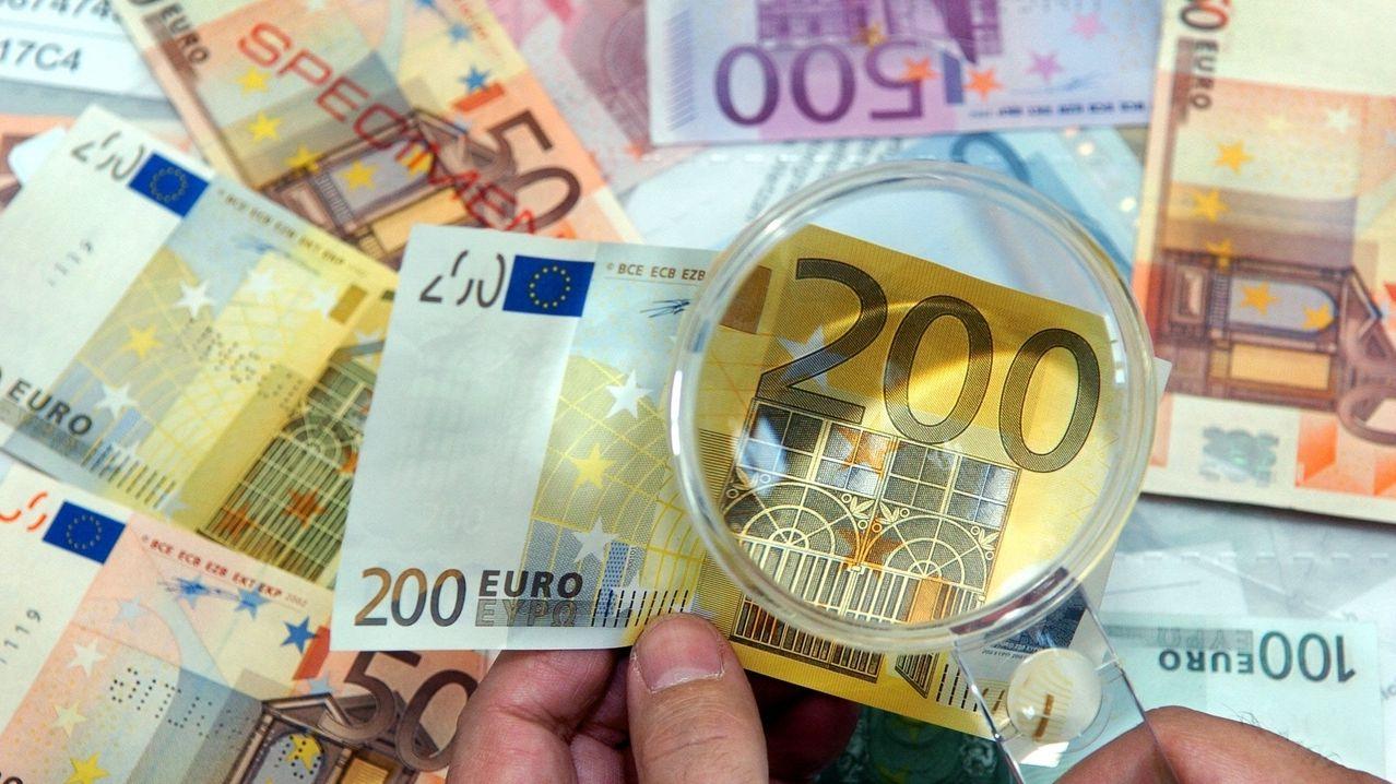 Falschgeld unter der Lupe (Symbolbild).