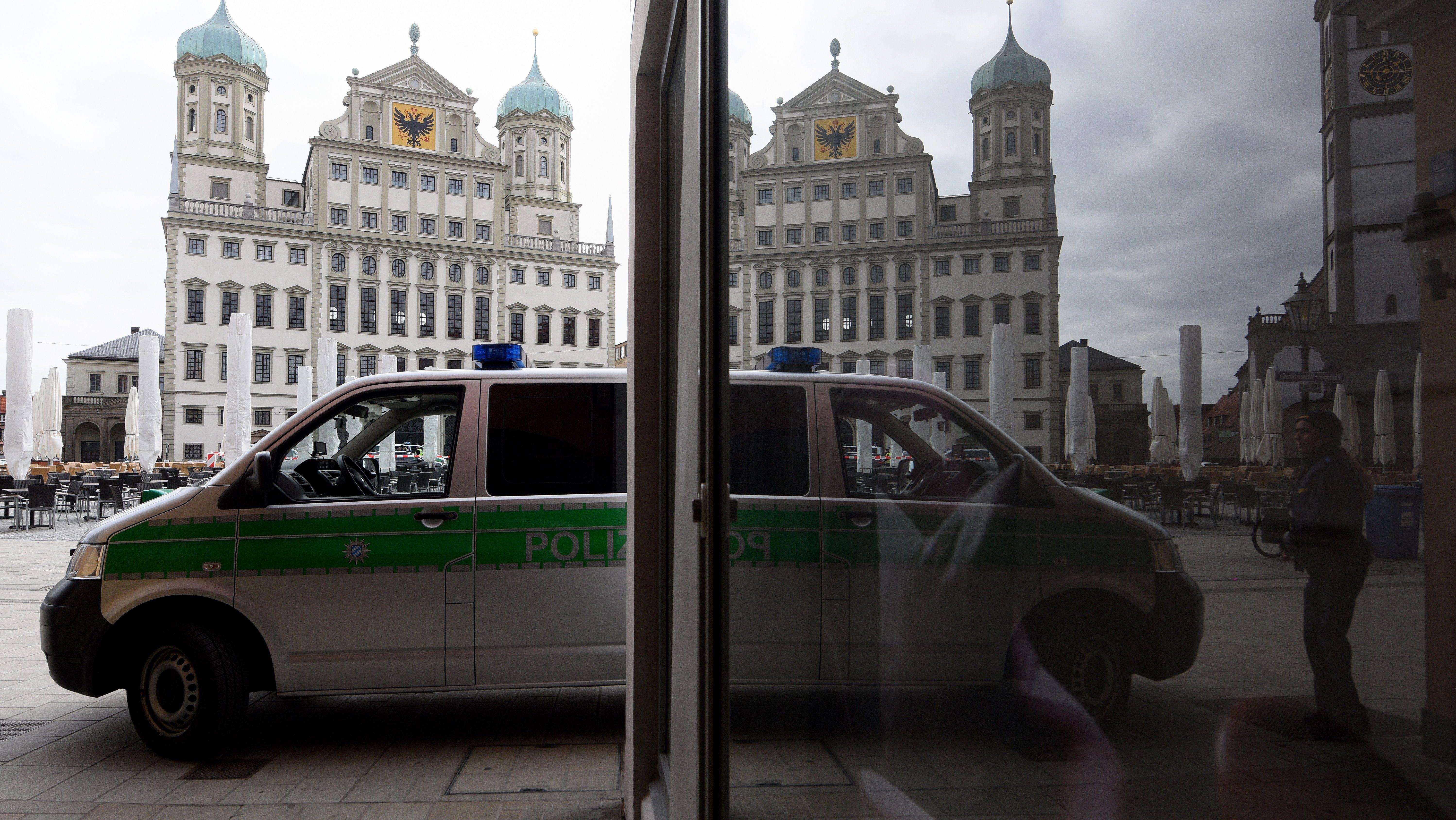 Polizeiauto vor dem Augsburger Rathaus