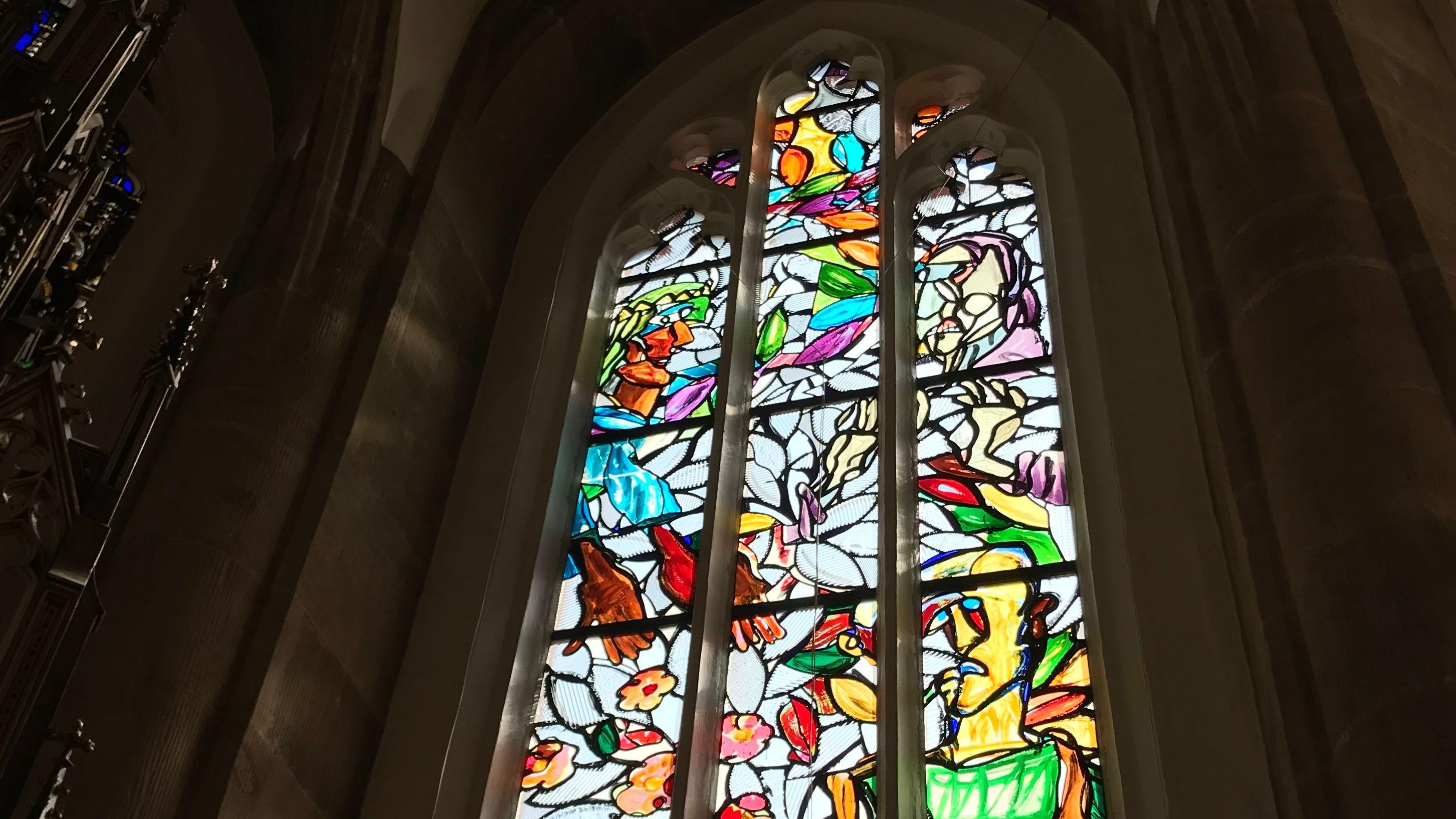das erste Kirchenfenster des Künstlers Markus Lüpertz in der St. Elisabeth Kirche