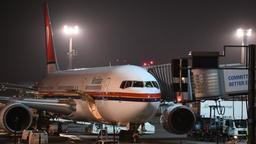 Ein Charterflugzeug steht an einem Terminal des nächtlichen Frankfurter Flughafens | Bild:picture-alliance/dpa