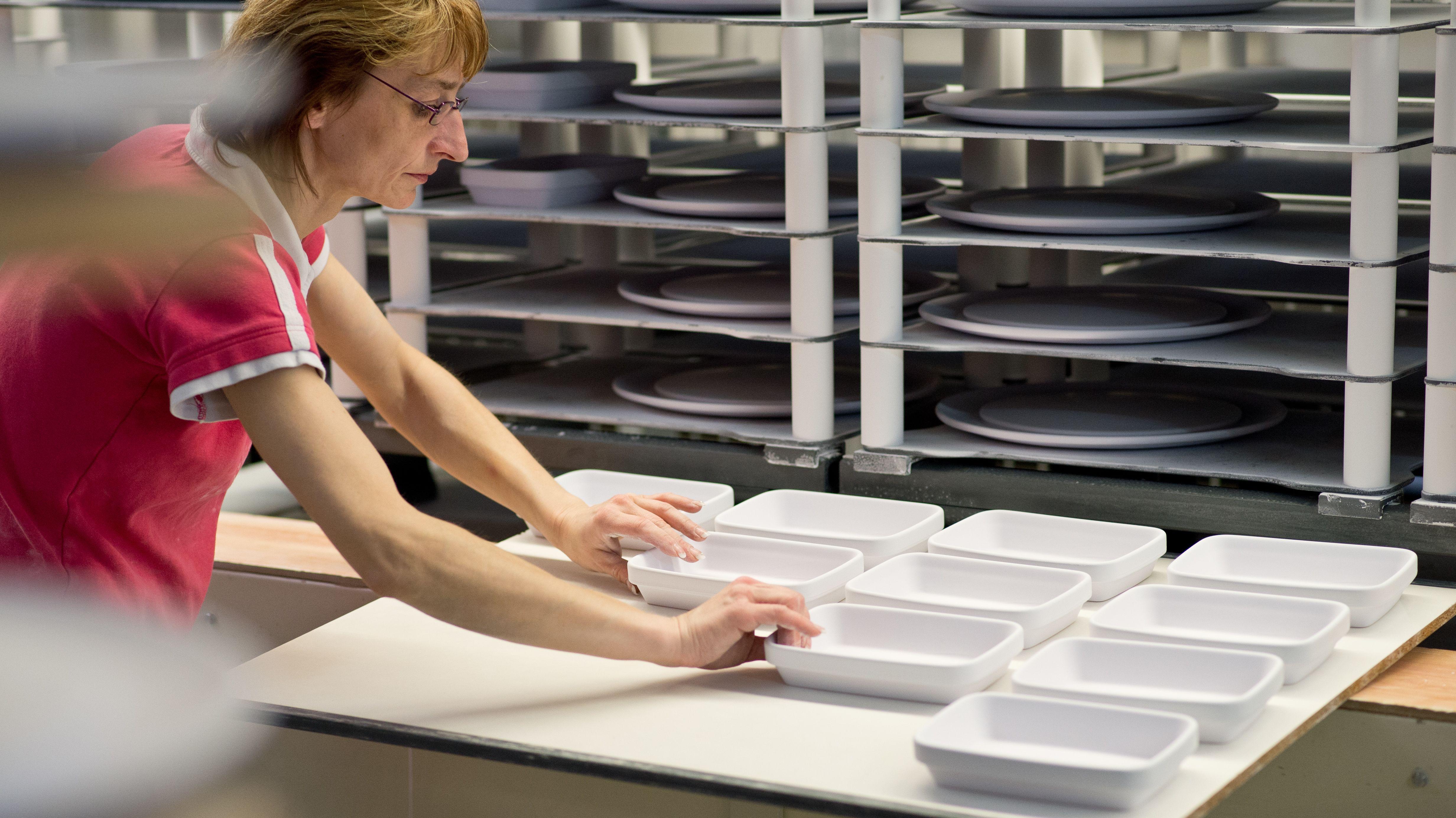 Eine Frau bei der Herstellung von Porzellangeschirr