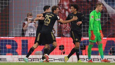 Bayerns Leroy Sane (2.v.r) jubelt zusammen mit seinen Teamkollegen nach seinem Treffer zum 0:3.