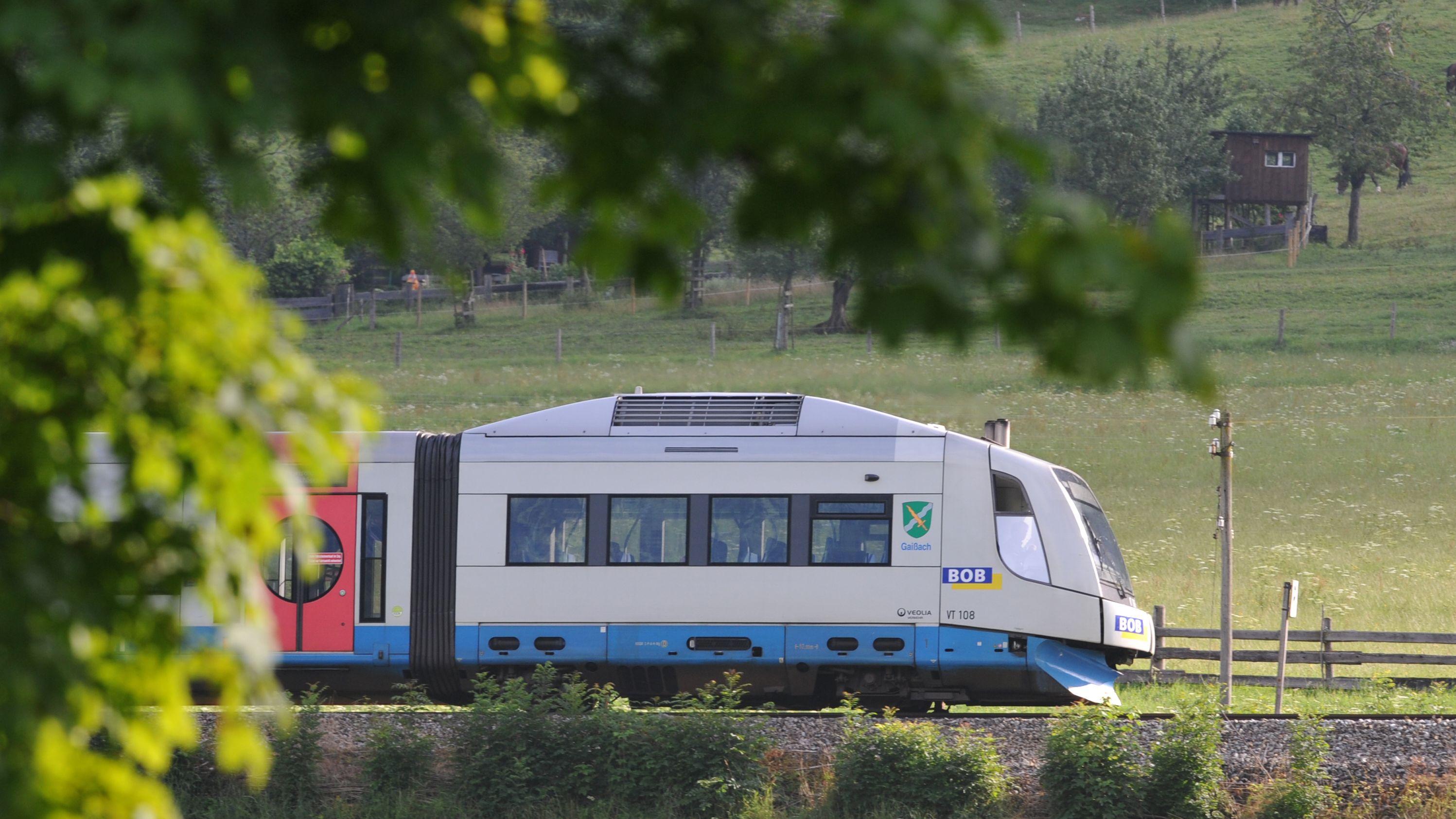 Ein Zug der Bayerischen Oberlandbahn (BOB) bei Bayerisch Zell.