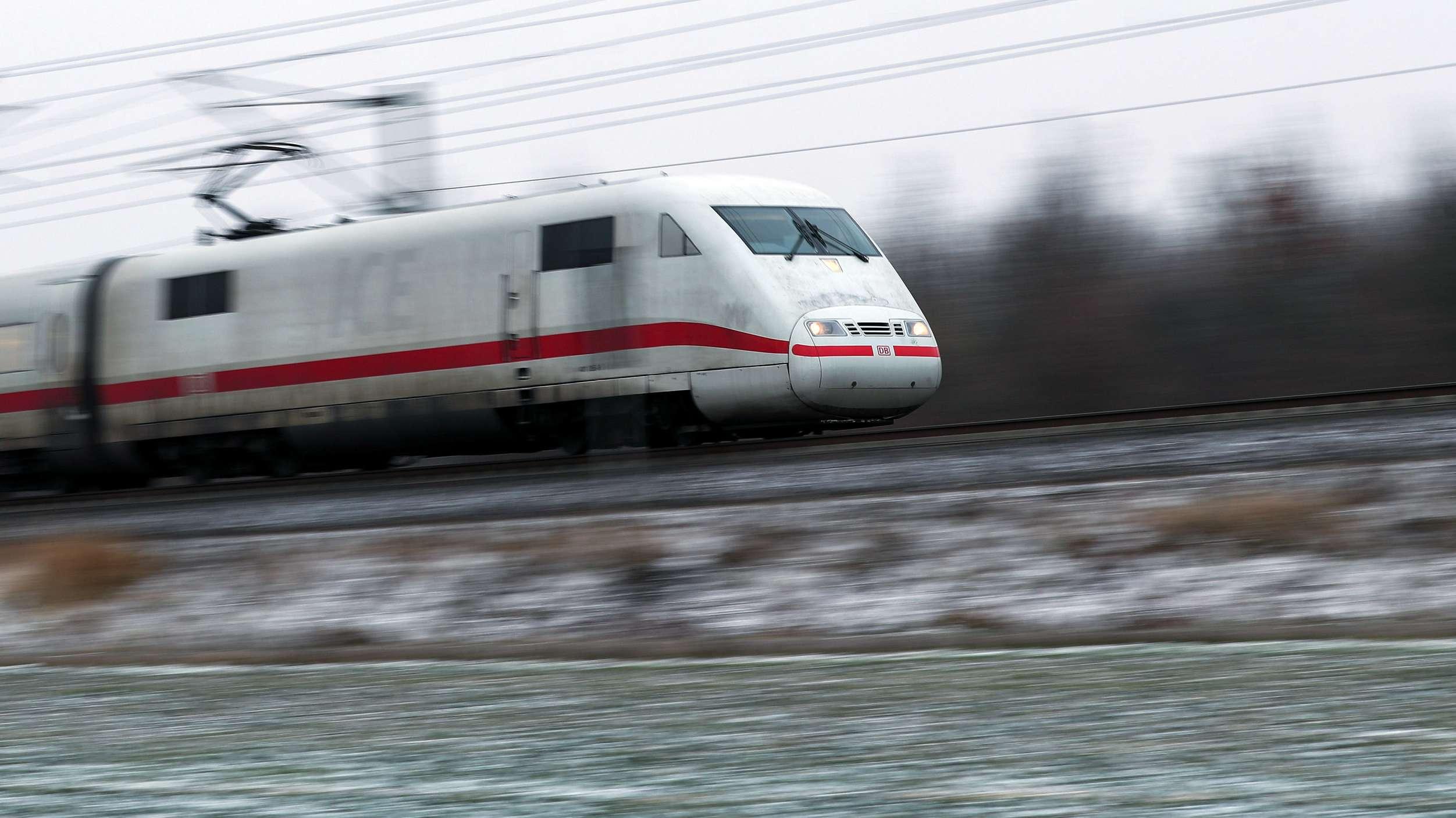 ICE auf freier Strecke zwischen Leipzig und Halle (Saale)