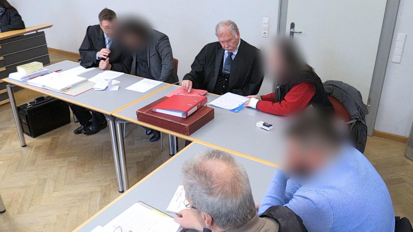 Die Angeklagten mit ihren Anwälten im Amtsgericht Fürth