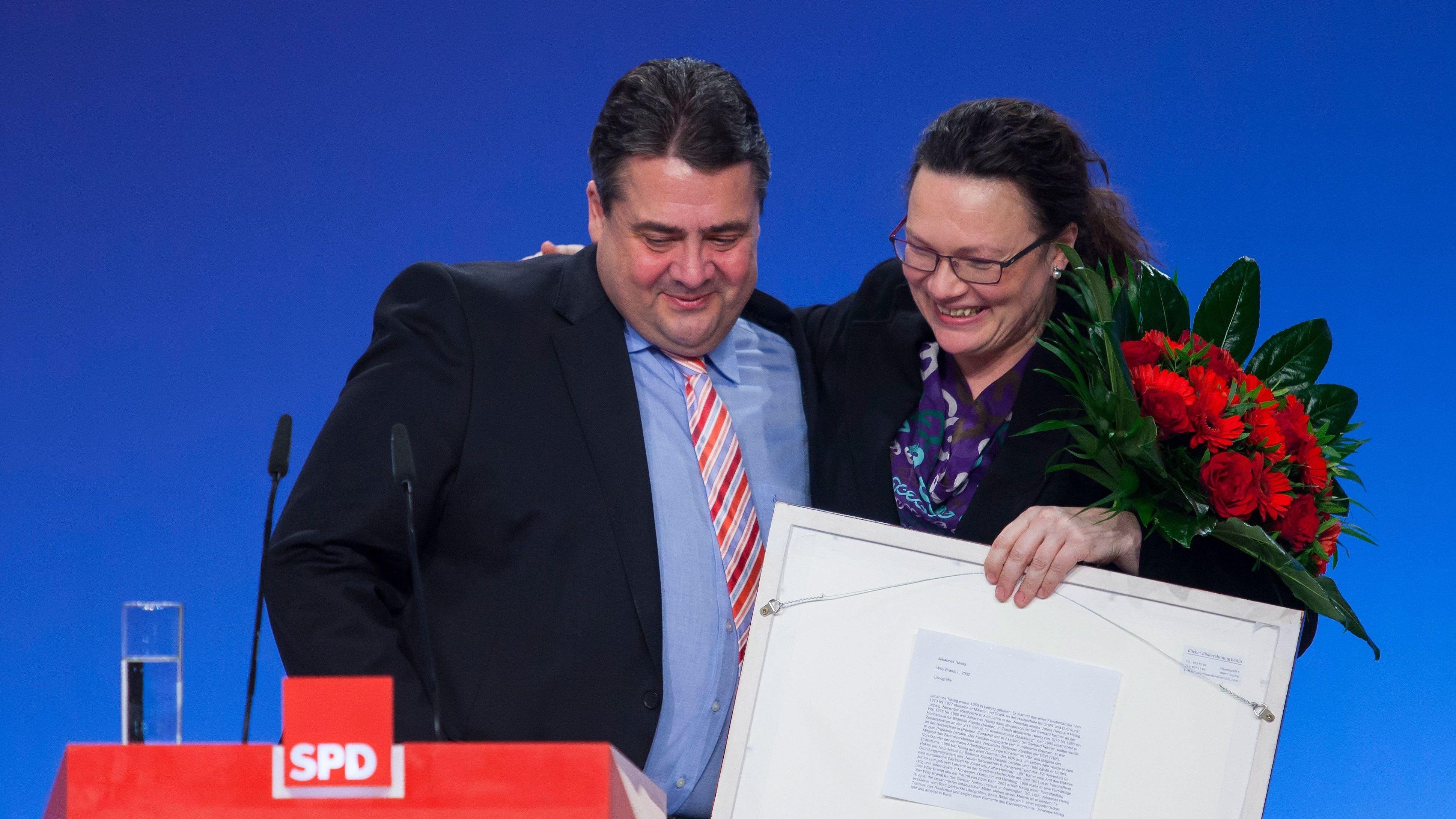 Archivbild: Sigmar Gabriel und Andrea Nahles Arm in Arm beim außerordentlichen Bundesparteitag der SPD in Berlin